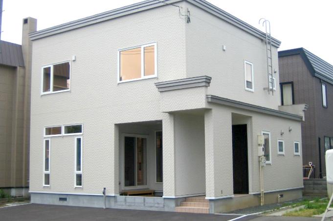 窓配置が印象的な家